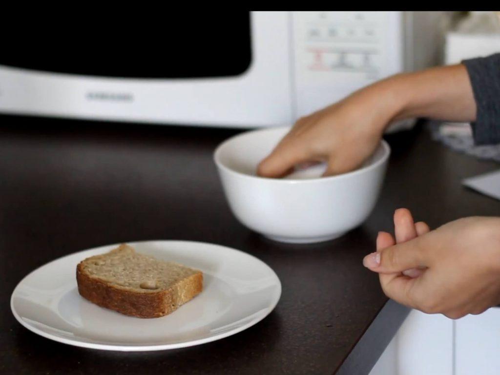 마이크로 웨이브 오븐에서 Fromail 빵의 연화 방법