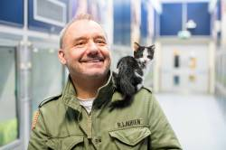 Bob Mortimer with kitten on shoulder at Cats Protection NCAC - credit McCrickard Photography