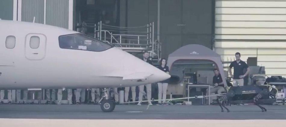 Roboterhund HyQReal zieht Flugzeug