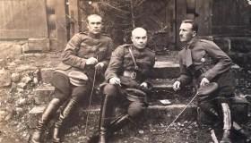 Stasys Baltrušis (viduryje) su savanoriais