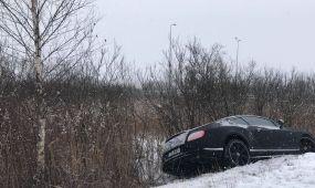 Nuo kelio nuvažiavo Bentley