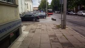 Prie muzikinio teatro palikti automobiliai