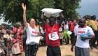 Dženė Jucevičiūtė apdovanoja Ugandos bėgikus