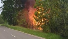 Žiegždriuose atvira liepsna dega ūkinis pastatas