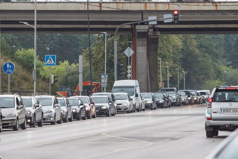 Automobilių eilė prie COVID-19 testavimo puknto