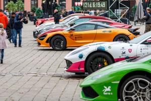 Prabangūs automobiliai Rotušės aikštėje