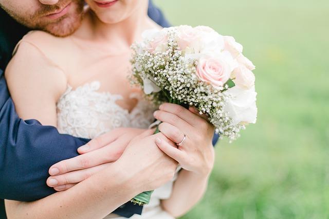 Ant kurios rankos nešioti vestuvinį žiedą?