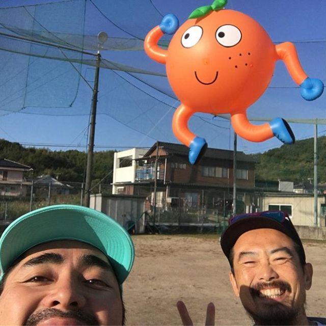 江田島へ!みかんマラソン2018今年も走りまーす。わしは10kmケンボーはハーフ。当マラソンの守護神みかん君の前で好走を誓う。#唄うたいカワムラ