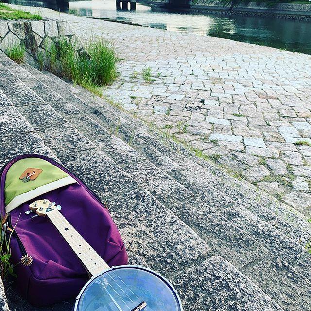 川辺でウクレレ楽しめる。これぞ広島スタイル!ではなかろうか。いい季節なりましたのう。#唄うたいカワムラ