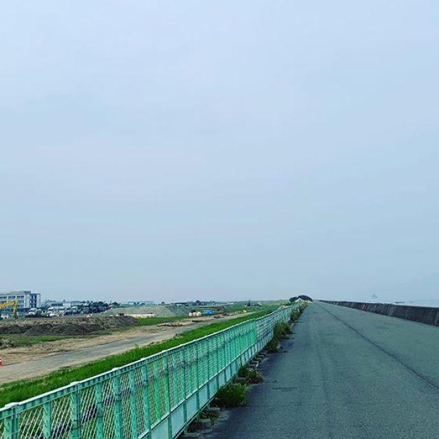 今日の朝ラン。5km、ごっつぁんでした。元広島空港の滑走路に工事が入りました。変わりゆく町よ。#唄うたいカワムラ