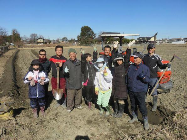 畦作り作業をみんなで楽しくやりました。