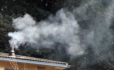 不完全燃焼で大量の煙