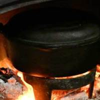 油の入った鍋を炉内に入れる