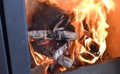 下の薪まで燃え広がった