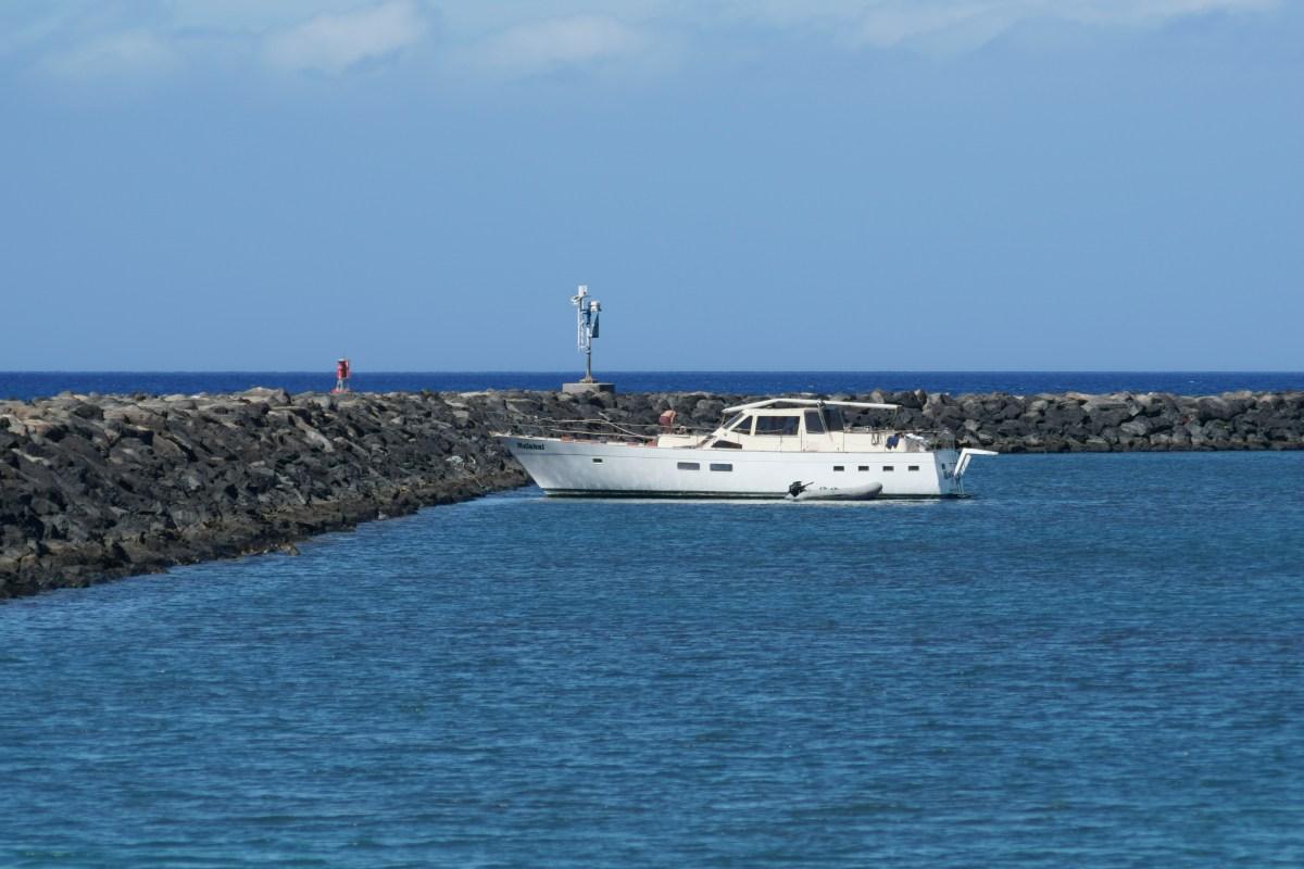 Boat Hulakai ran aground on coral reef