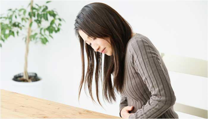 胸焼けに悩む女性のイメージ画像