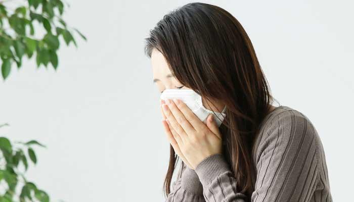 アレルギー性鼻炎のくしゃみ鼻水に苦しむ女性のイメージ画像