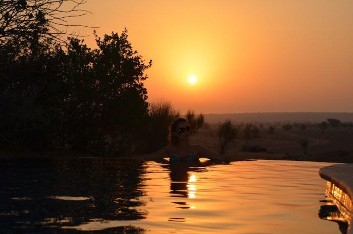 Hotel de luxo com piscina no deserto