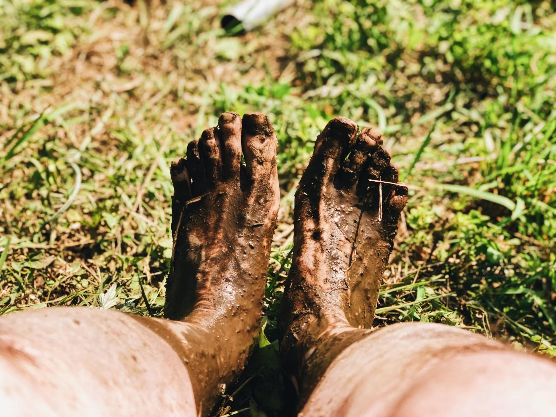 泥のついた足