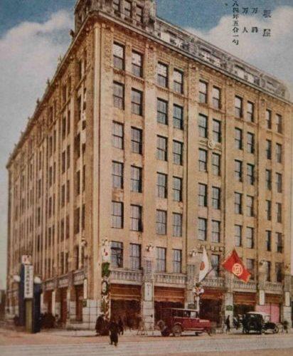 【10】デパート百貨繚乱。1924年(大正13年)関東大震災の翌年に銀座復興の先陣を切ってオープンした松坂屋。土足入場の断行(1925年)をはじめ、お好み食堂の創設(1930年)、女性社員の完全洋装化(1933年)など、次々に新機軸を打ち出しデパートの歴史において重要な存在だった。「今宵逢ひましょ銀座の街で 名さへあなたを松坂屋 昇降機(リフト)上れば、星かげ、灯かげ 空のサロンの朗かさ」西条八十が1935年(昭和10年)に詠んだ「星の食堂の唄」の一節が有名。映画「ゴジラ」(1954年の第1作)に於いて、屋上動物園の巨大な鳥小屋越しにゴジラが現れ、鳥たちが騒ぐカットや白熱光で炎上させるシーンが登場した。1952(昭和27)年には、新館が長谷部鋭吉の設計で完成。1964(昭和39)年に旧館をアントニン・レーモンド設計で改築。チェコ出身の建築家、アントニン・レーモンド(1888~1976)は、日本近代建築の父と呼ばれる。1919年(大正8年)帝国ホテル設計のためライトとともに来日。大戦中を除き40年以上日本に滞在し、今も残る教文館ビルや旧日本楽器ビル山葉ホールも手がけ、銀座の景観を作った。【10】1924年(大正13年)・銀座通松坂屋 竣工記念