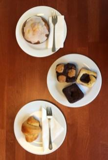 essenglutenfreies croissant, zitronenkuchen und brownies