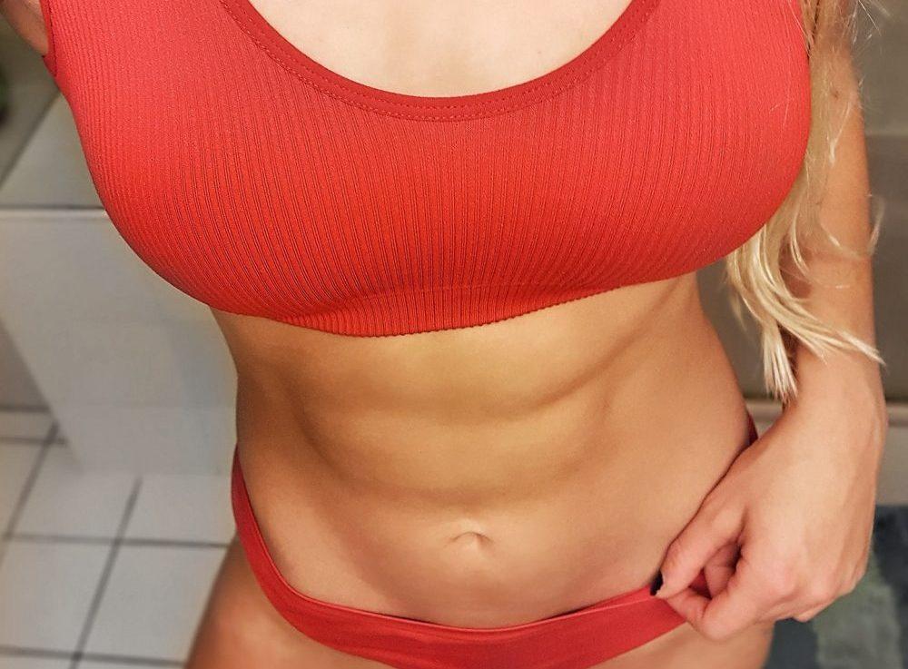Niedriger Körperfettanteil und definierter Bauch