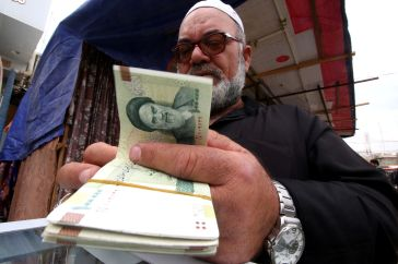 A man buys Iranian rials from a seller of Iranian currency, before the start of the U.S. sanctions on Tehran, in Basra, Iraq November 3, 2018. Picture taken November 3, 2018. REUTERS/Essam al-Sudani