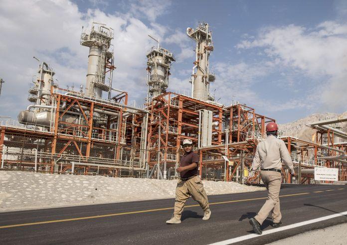 2015-11-19T120000Z_548639761_GF20000066330_RTRMADP_3_IRAN-OIL