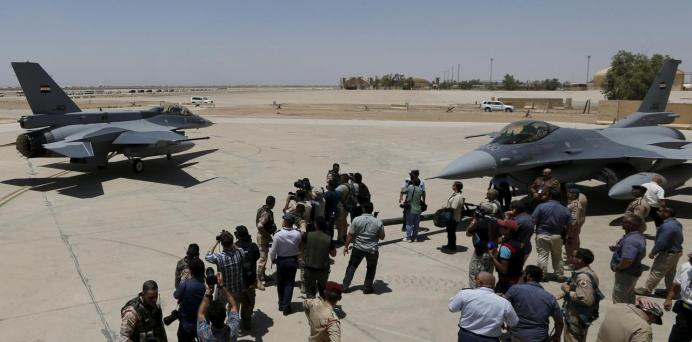 FILE PHOTO: U.S. F-16 fighters jets are seen during an official ceremony to receive four of these aircrafts from the U.S. at the tarmac a military base in Balad, Iraq, July 20, 2015. REUTERS/Thaier Al-Sudani