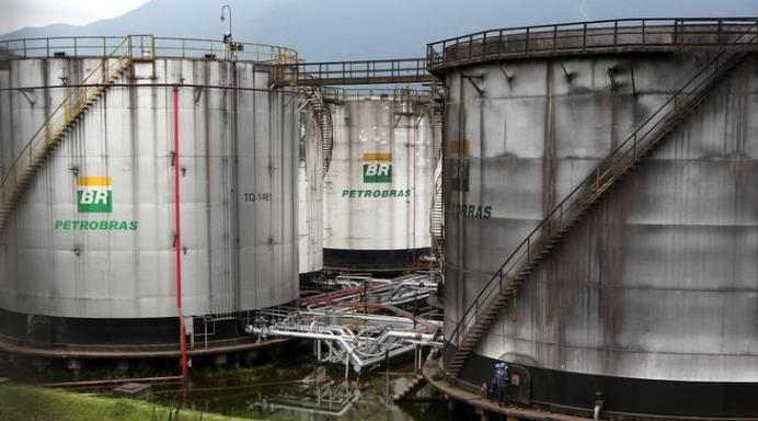 FILE PHOTO: Workers repair a tank of Brazil's state-run Petrobras oil company in Cubatao, Brazil. REUTERS/Paulo Whitaker