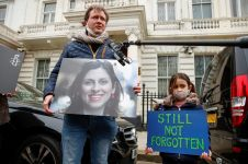 Richard Ratcliffe, husband of British-Iranian aid worker Nazanin Zaghari-Ratcliffe, speaks to the media next to his daughter Gabriella as they protest outside the Iranian Embassy in London, Britain March 8, 2021. REUTERS/Andrew Boyers