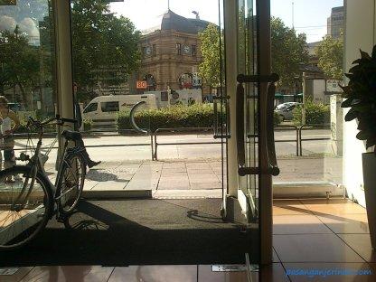 lagi ngantri di kantor Deutsche Band yang lokasinya tepat di seberang Hauptbahnhof
