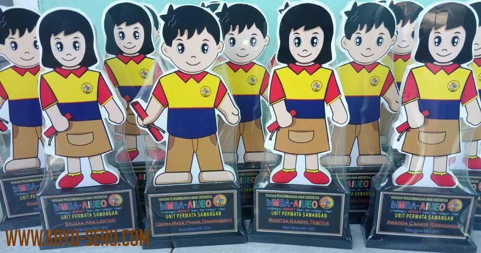 piala plakat untuk bimba - Piala Kelulusan Bimba AIUEO Sawangan Depok, Plakat Kayu