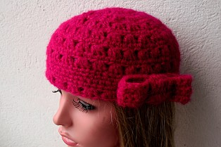 Cadeau fait-main : petit bonnet rétro avec noeud au crochet en alpaga et soie - Création Kazamarie