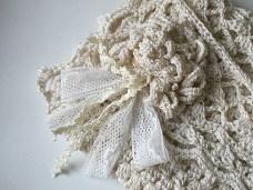 Pochette de mariée au crochet dentelle détail fleur