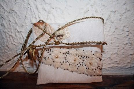 Pochette mariée tissu satiné écru, doublée, appliqués feuille, dentelle fleurs au ruban, tulle rebrodé de fleur, perles swarovski et rocailles bronze motif ruban bronze et cordelière tressée bronze (vue de face)