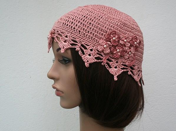 """Petit bonnet """"années 1920"""" au crochet couleur vieux rose, bordure façon dentelle, petites fleurs en bouquet coeur perlé - Création Kazamarie"""