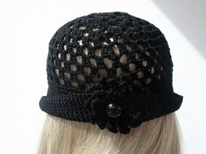 Chapeau au crochet en coton fin noir visière et revers à l'arrière ; broche-fleur amovible - Création Kazamarie sur mesure