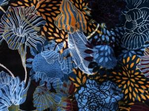 Tissu chemisier imprimer grandes fleurs bleu, noir et gold - photo Kazamarie