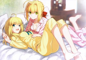 konachan-com-216675-2girls-barefoot-bed-blonde_hair-blush-bow-breasts-cleavage-fate_stay_night-green_eyes-saber-saber_extra-scan-short_hair-takeuchi_takashi