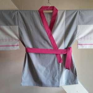 kimono-fleuri-rose-gris-face
