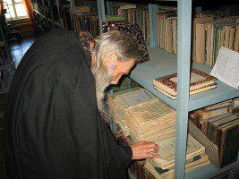 Почетный гость семинарии старец Илий рассматривает журнал «Православный собеседник»