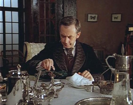 Шерлок Холмс набивает трубку табаком из персидской туфли