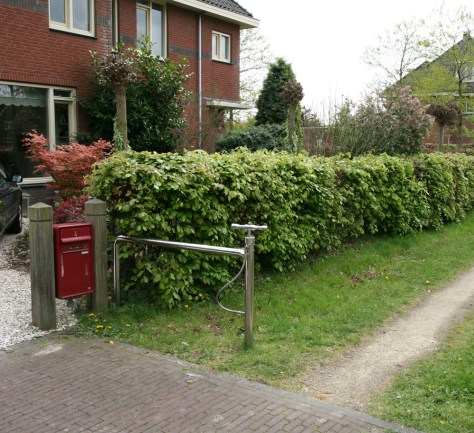 Fence with integrated bicycle pump in Ypenburg