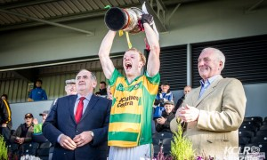 Bennettsbridge captain Enda Morrissey lifts the cup along side Kilkenny county chairman Ned Quinn and championship sponsor Michael Lyng. Photo: Ken McGuire/KCLR