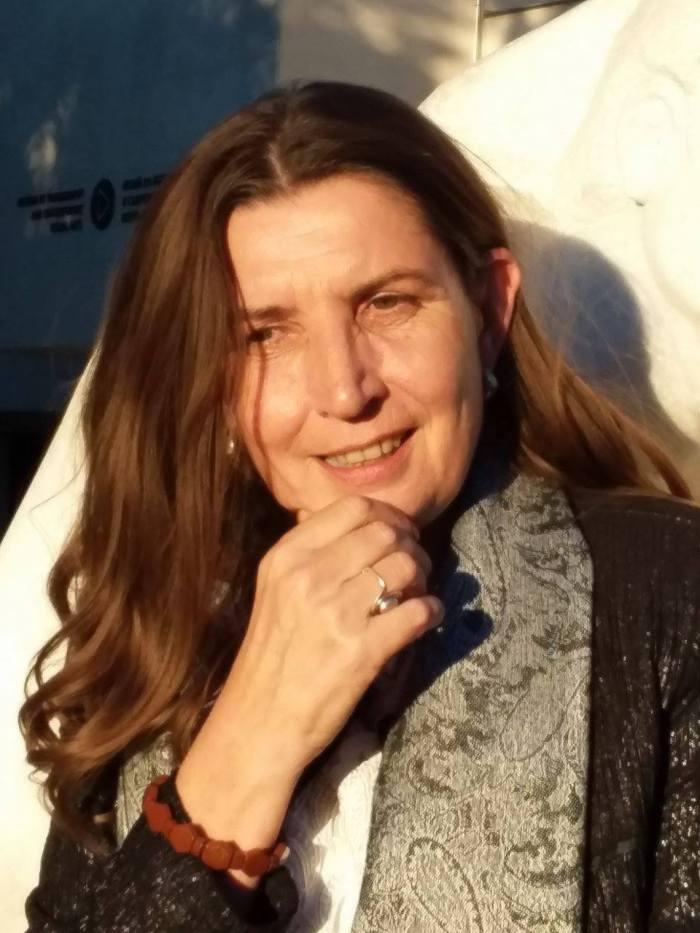 Аксиния Михайлова и нейните светулки в шепите на времето
