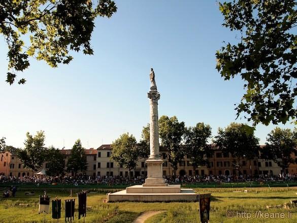 Palio di Ferrara - Column in Piazza Ariostea