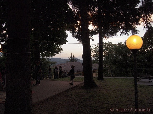Artisti in Piazza - Lanterns and looming nightfall in Pennabilli