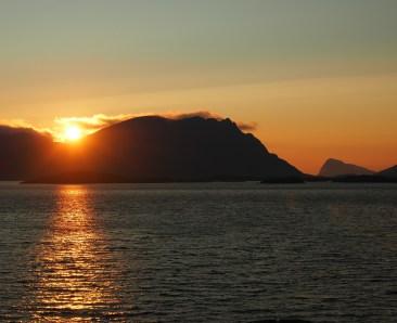 Auringonlasku Lofooteilla