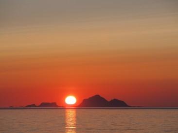 Auringonlasku Norjan Lofooteilla n. yhdeltä yöllä